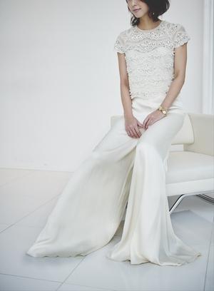 「パンツスタイル」のドレスは世界の流れ、自立した女性